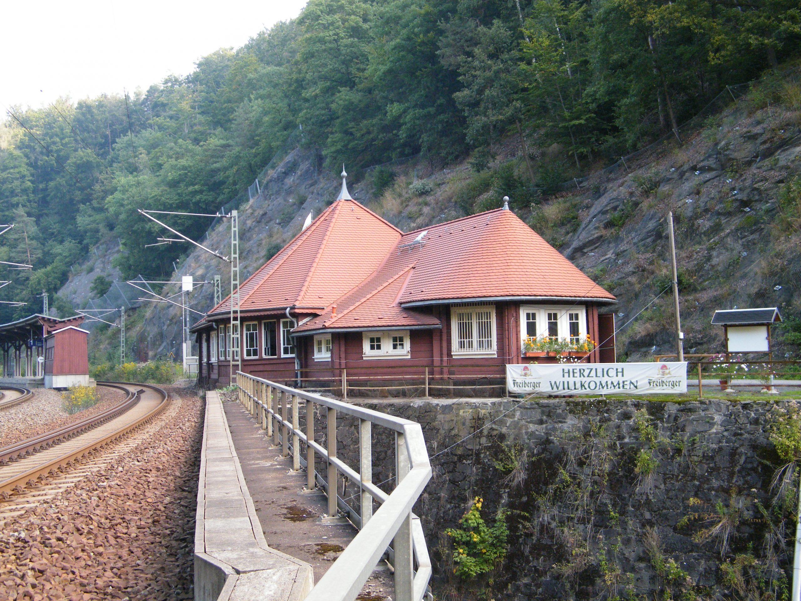 Blick auf das Bahnhofsgebäude von der Brücke aus gesehen